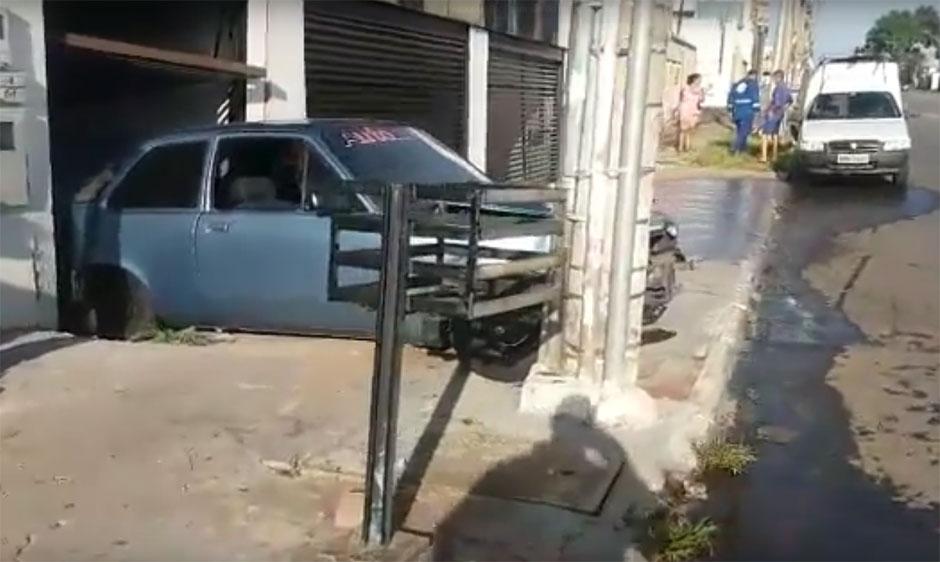 Motorista bêbado perde o controle da direção e colide em poste, em Goiânia