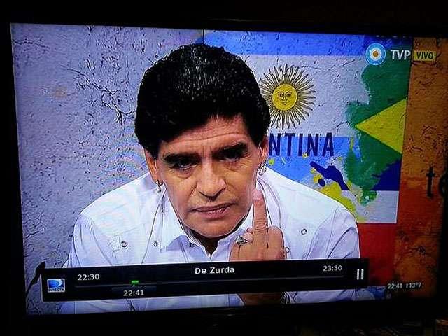 Maradona rebate fama de pé-frio e faz gesto obsceno na TV