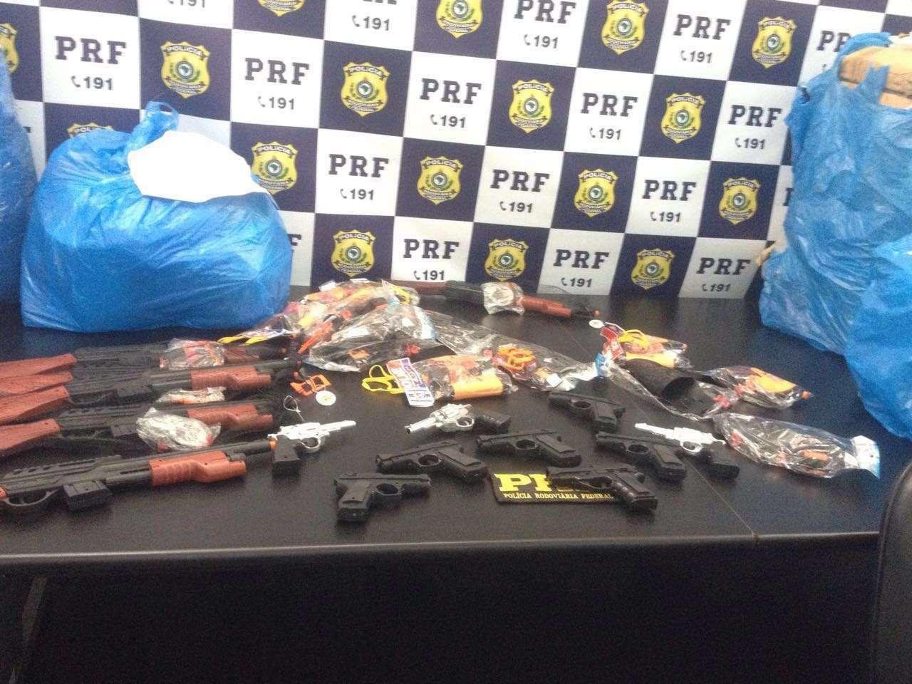 PRF apreende carga de eletroeletrônicos e armas de brinquedo avaliada em R$ 40 mil