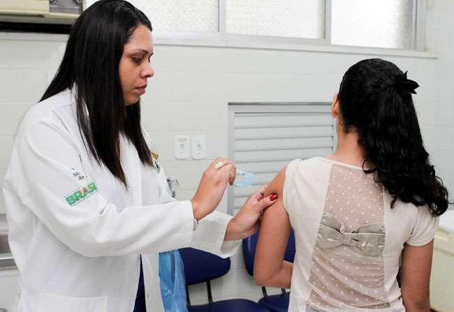 Meninas devem receber hoje segunda dose da vacina contra HPV