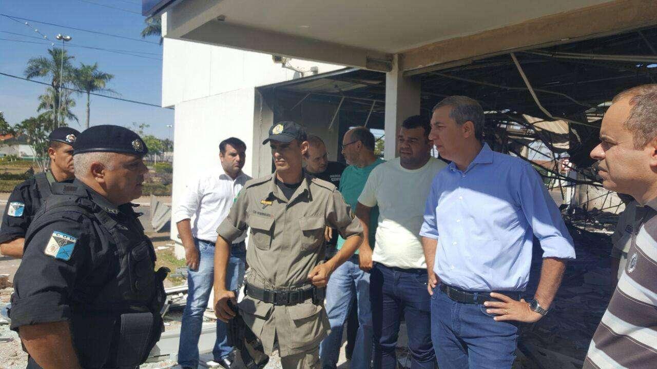 Após explosão de agência bancária, José Eliton vai a Mara Rosa acompanhar o trabalho policial