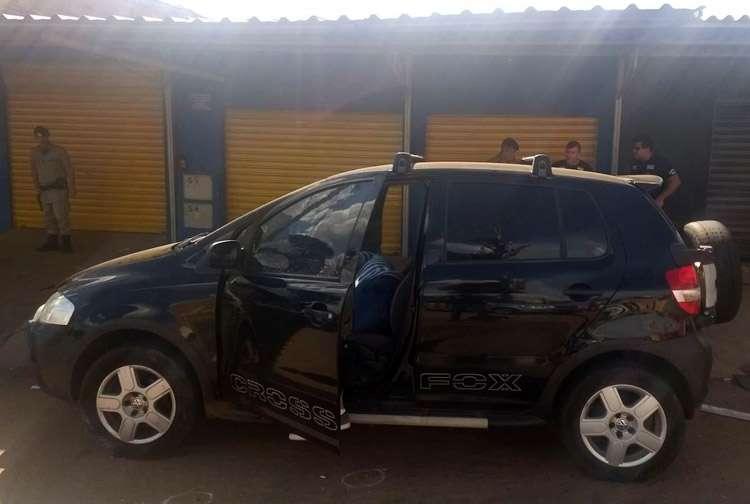 Homem é morto a tiros dentro de carro na Vila Mauá, em Goiânia