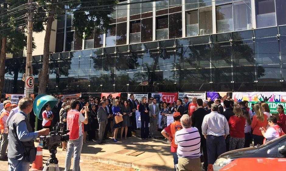 Advogados e entidades sindicais fazem manifestação em defesa do TRT-GO