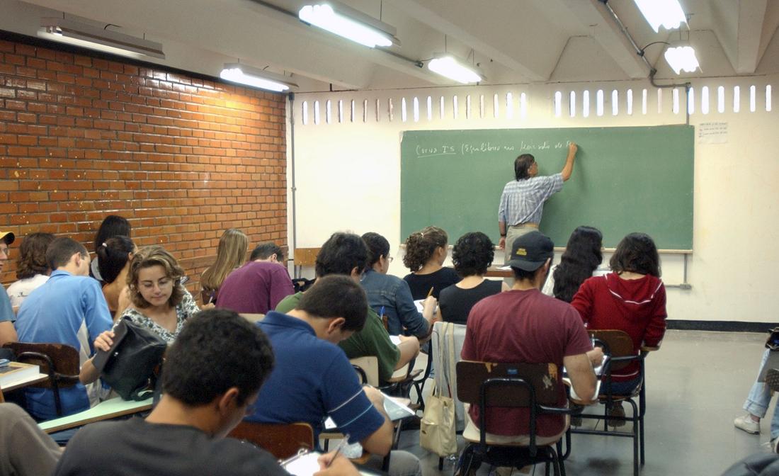 Novo ensino médio enfrenta resistências; matérias obrigatórias ampliam polêmica