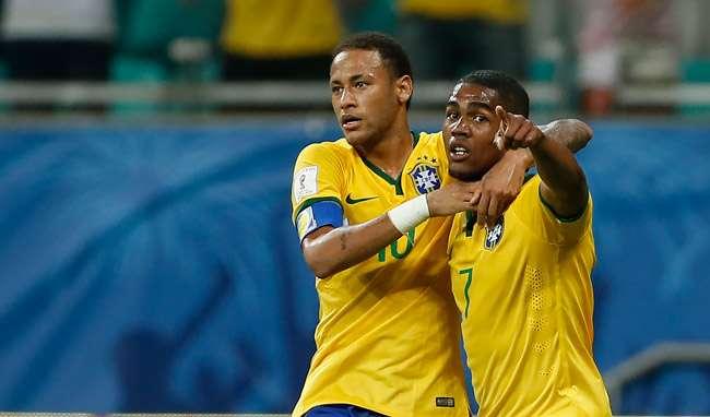 Com Neymar apagado, Douglas Costa rouba a cena e Brasil derrota o Peru