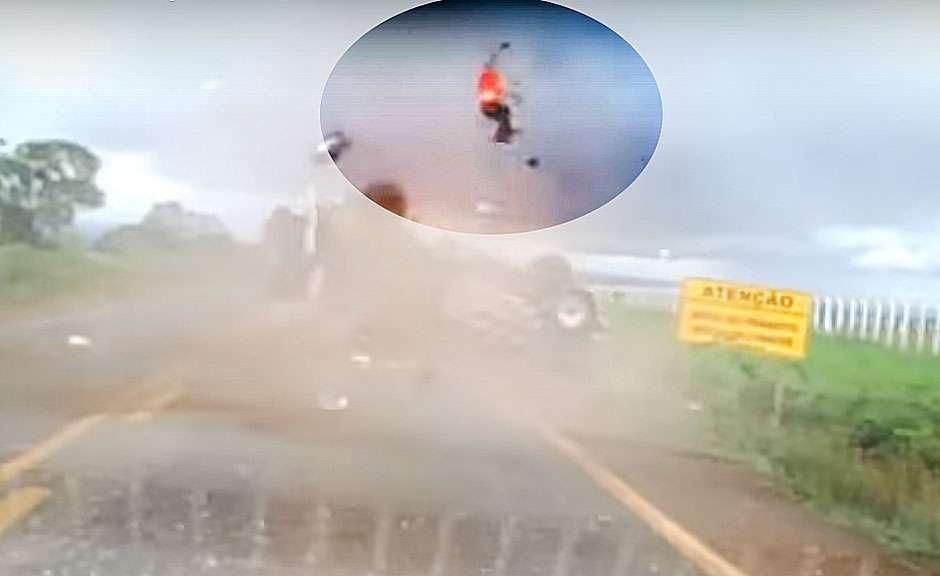 BR-158: Caminhonete capota, passageiro é arremessado e sobrevive
