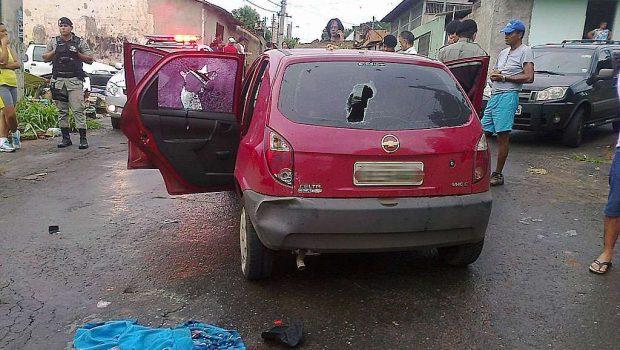 Assaltante esfaqueia companheiro, rouba carro, bate em outro veículo e é linchado por populares