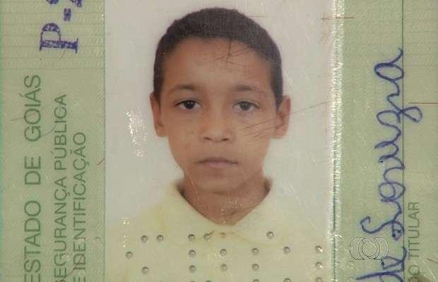 Corpo de garoto de 12 anos encontrado morto em mata é enterrado em Goiânia