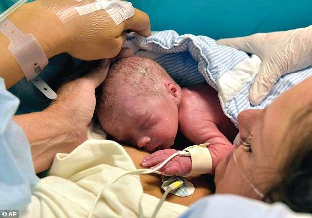 Nasce primeiro bebê de útero transplantado, diz revista médica