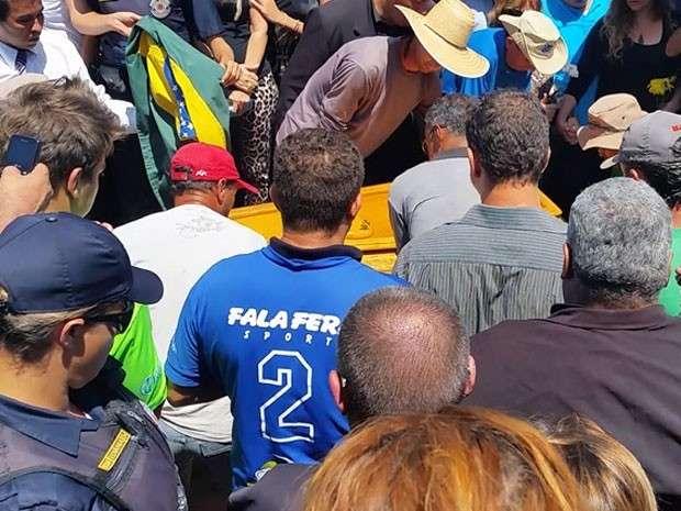 Ao som de 'Estrada da Vida', José Rico é enterrado no interior paulista