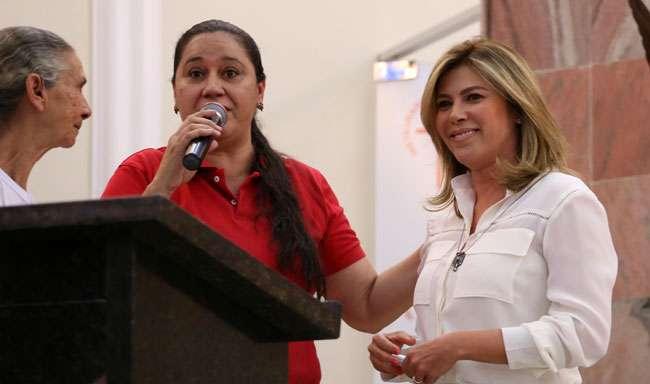Valéria Perillo participa de encontro com  mulheres da Renovação Carismática