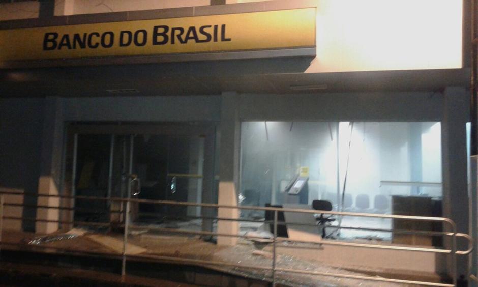 Homens invadem agência bancária e explodem caixas eletrônicos, em Niquelândia