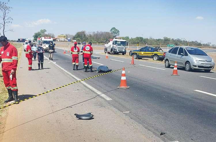 Colisão entre motocicleta e caminhonete mata casal na BR 060