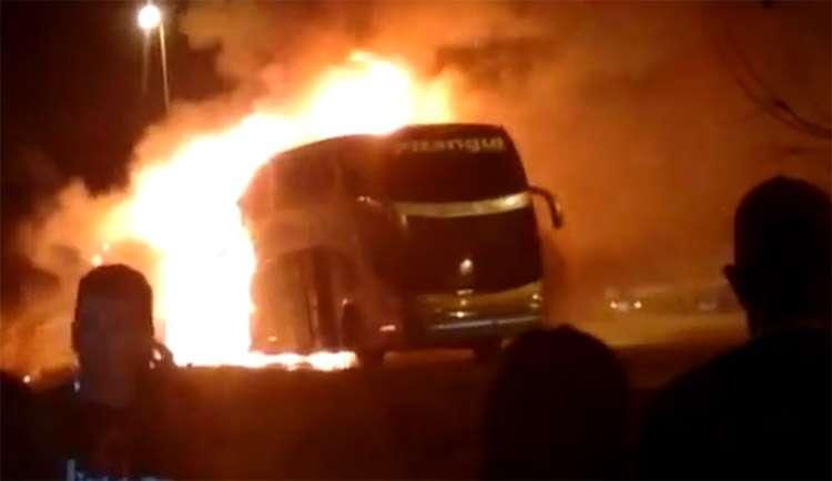 Ônibus fica destruído após pegar fogo na GO-070
