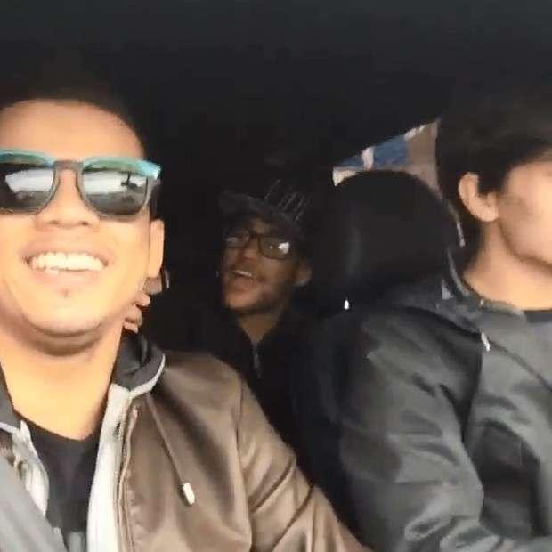 Neymar festeja solteirice com amigos em vídeo