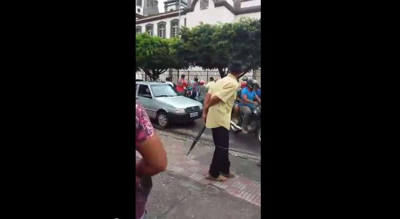 Homem tem surto psicótico e atira R$12 mil em notas em rua de Sergipe