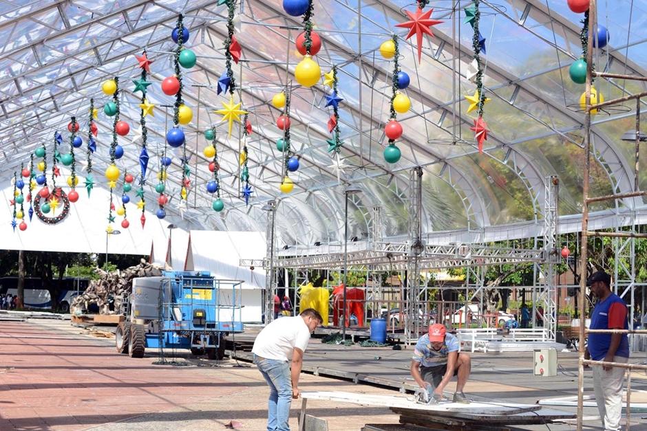 Montagem da decoração de Natal na Praça Cívica está em fase final