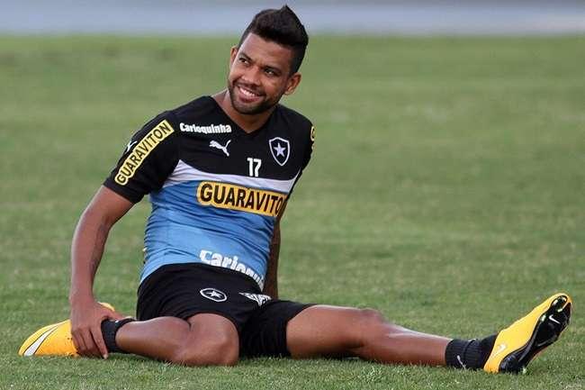 Wallyson sai carregado de treino e preocupa o Botafogo