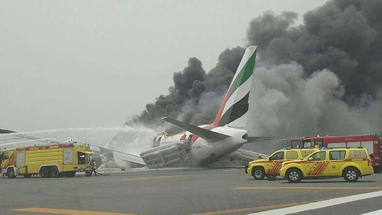 Avião da Emirates pega fogo após pousar no aeroporto de Dubai