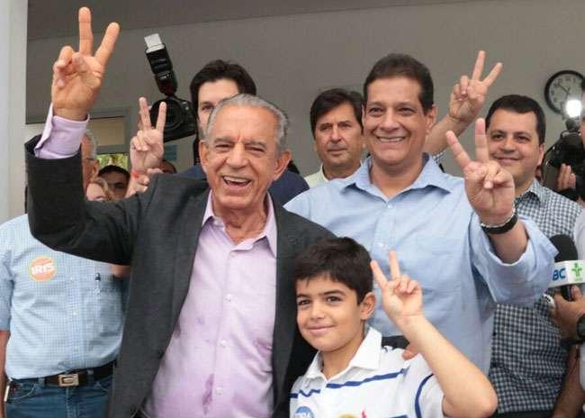 Com familiares e aliados, Iris Rezende vota em Goiânia