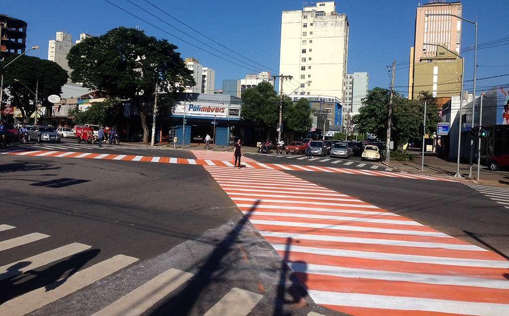 Pedestres ganham faixa em formato de xis no Centro de Goiânia
