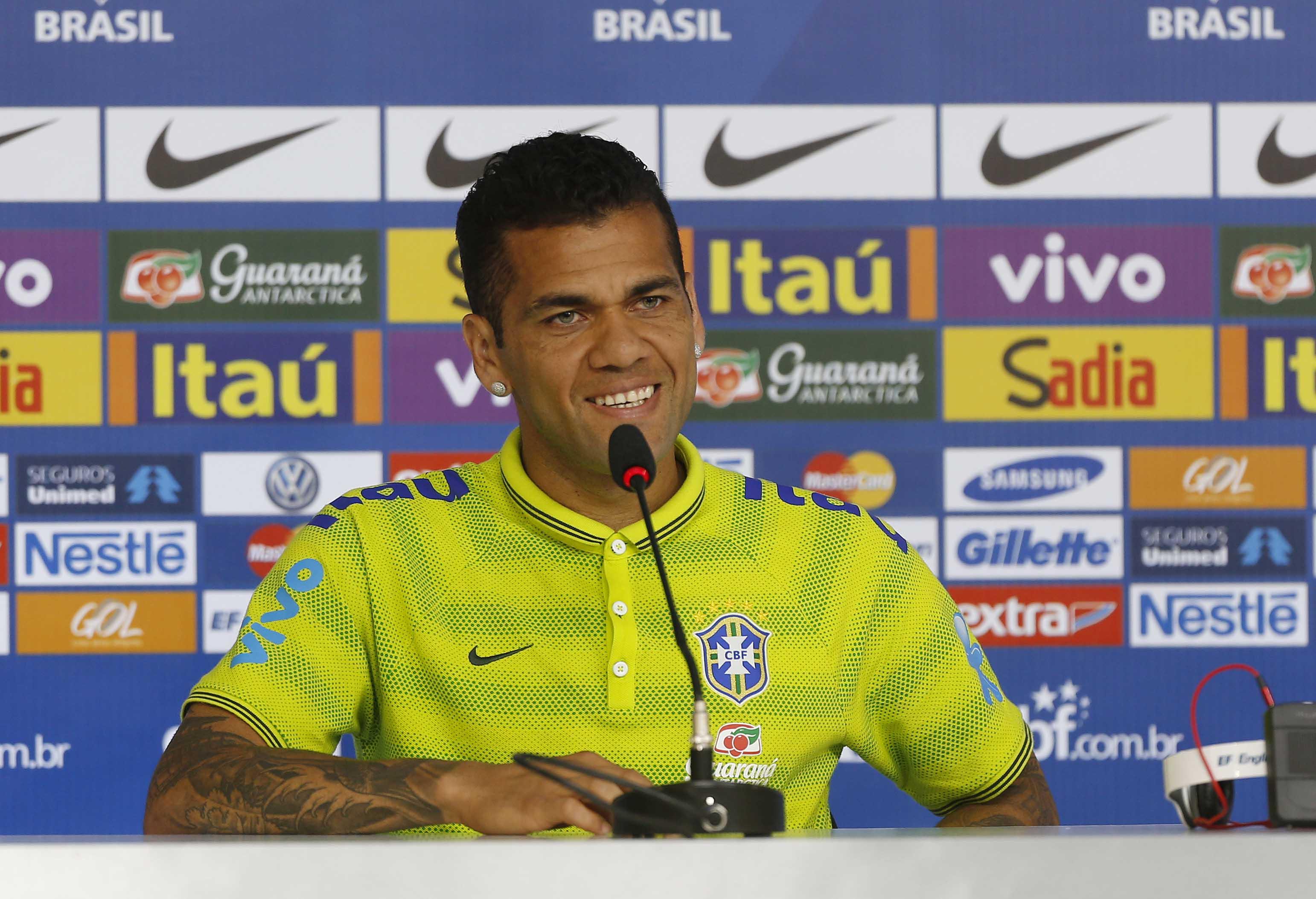 Há dez anos na seleção, Daniel Alves exibe orgulho: 'Sempre muito especial'
