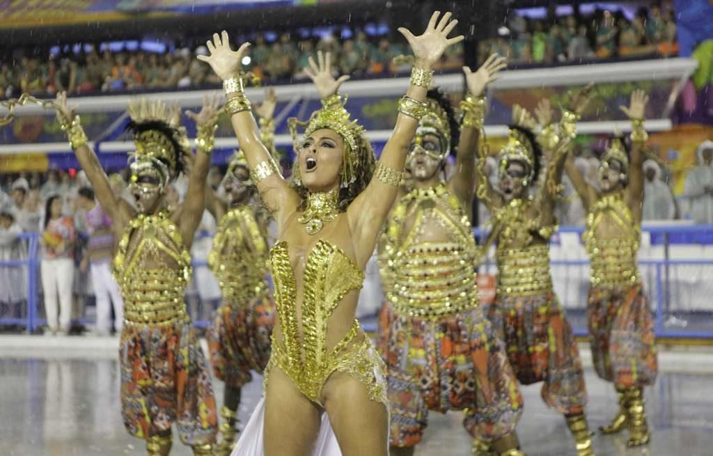 Forte chuva e falhas de som prejudicam desfile da Viradouro