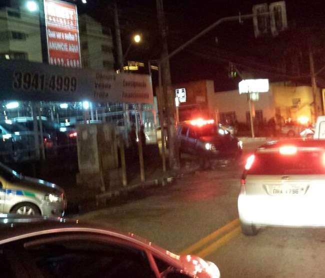 No semáforo, motorista reage a assalto e joga carro em cima de bandido