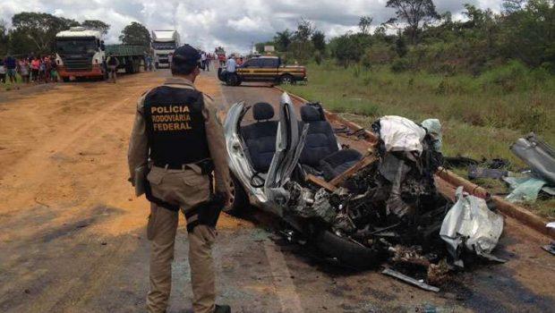 Grave acidente entre carro e caminhão deixa um homem e quatro crianças mortas