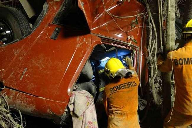 Homem fica preso às ferragens após carreta de cimento capotar na BR-080