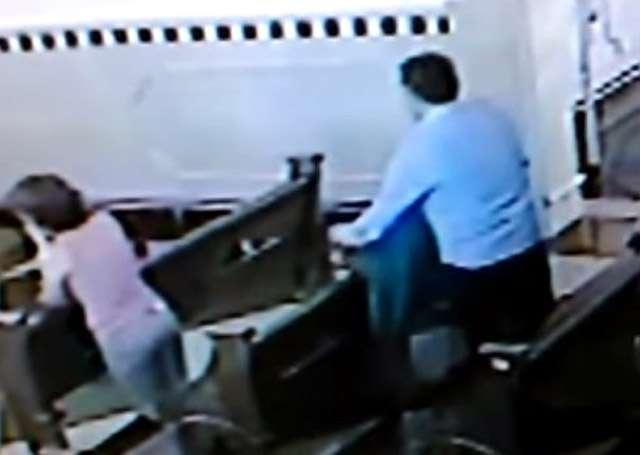 Homem furta bolsa enquanto mulher reza em igreja de Goiânia