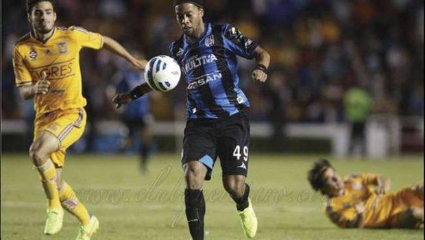 Ronaldinho isola pênalti e estreia com derrota no México
