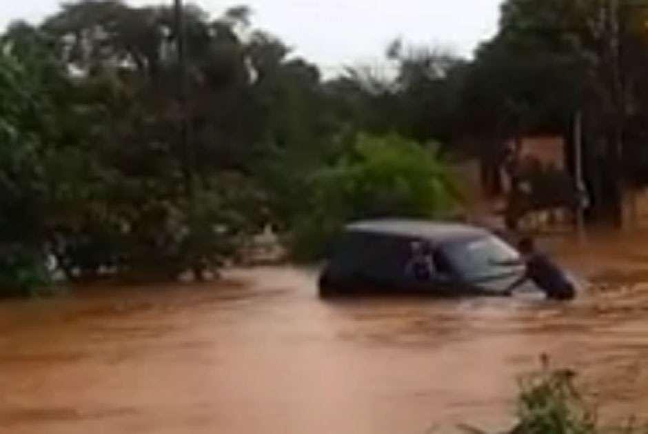 Família é resgatada após carro ser levado por enxurrada, em Anápolis