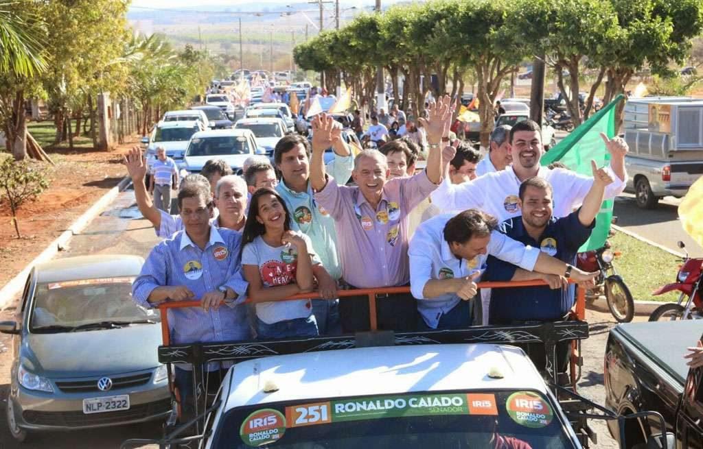 Com mais de mil carros, Iris Rezende faz carreata no município de Ouvidor
