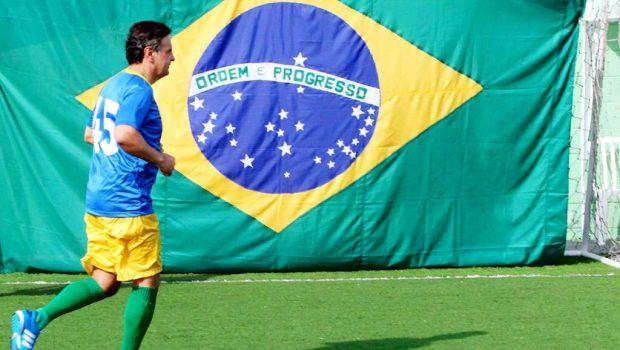 Aécio joga futebol com ex-atletas e promete incentivo ao esporte