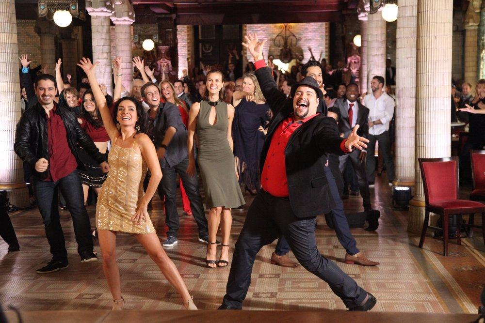 Famosos participam de 'flashmob' de 'Dança dos Famosos'