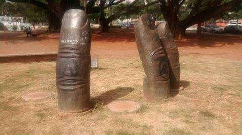 Vândalos furtam esculturas de dedos da Praça Universitária