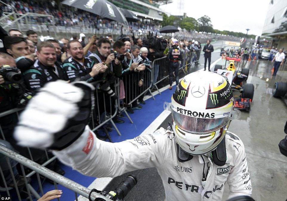 Hamilton vence GP do Brasil e 'cola' em Rosberg na luta pelo título; Massa bate