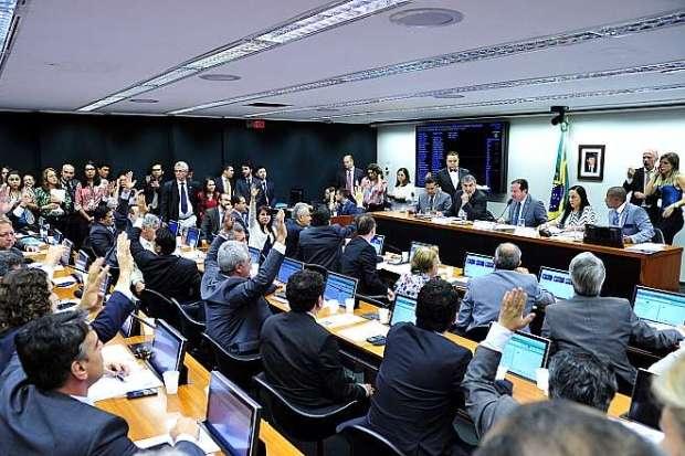 Comissão aprova redução da maioridade penal de 18 para 16 anos