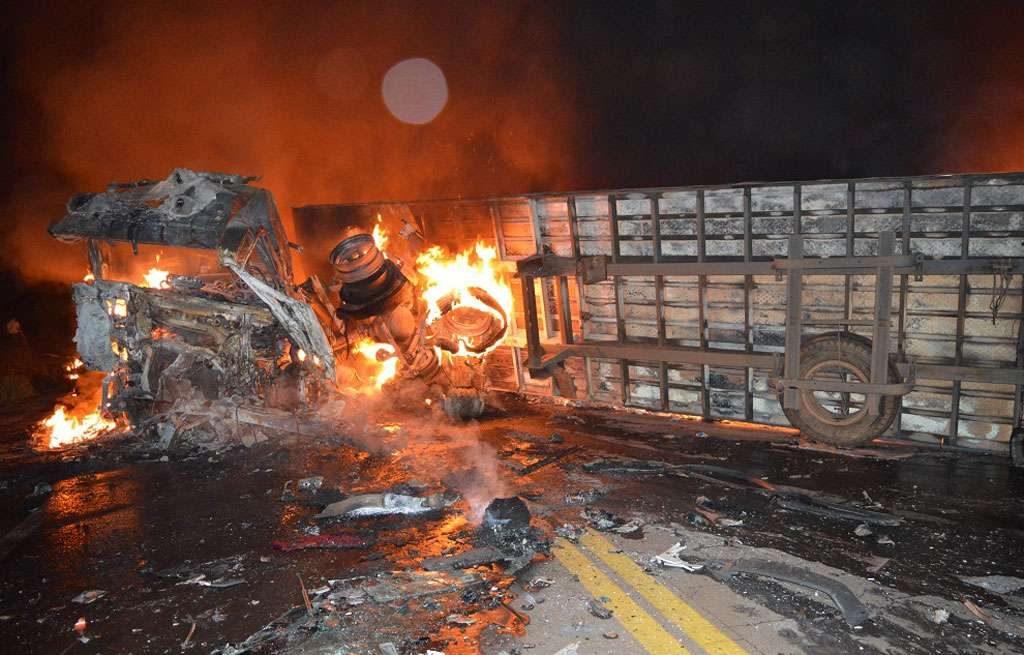 Após colisão, carreta pega fogo na BR-153, próximo ao trevo de Rialma