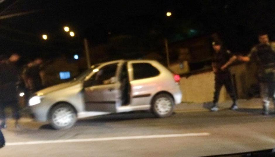Perseguição a carro roubado termina em tiroteio e na morte de um suspeito