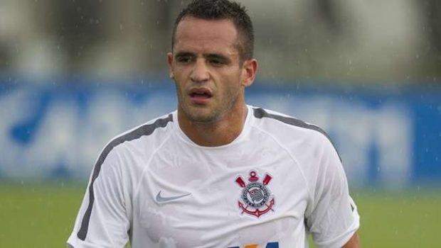 Corinthians está com salários atrasados, revela Renato Augusto