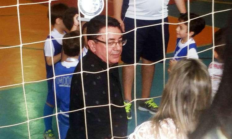 João Reis, pai de Cristiano Araújo, prestigia jogo de futebol do neto
