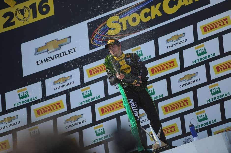 Marcos Gomes triunfa em Goiânia e assume ponta da Stock Car