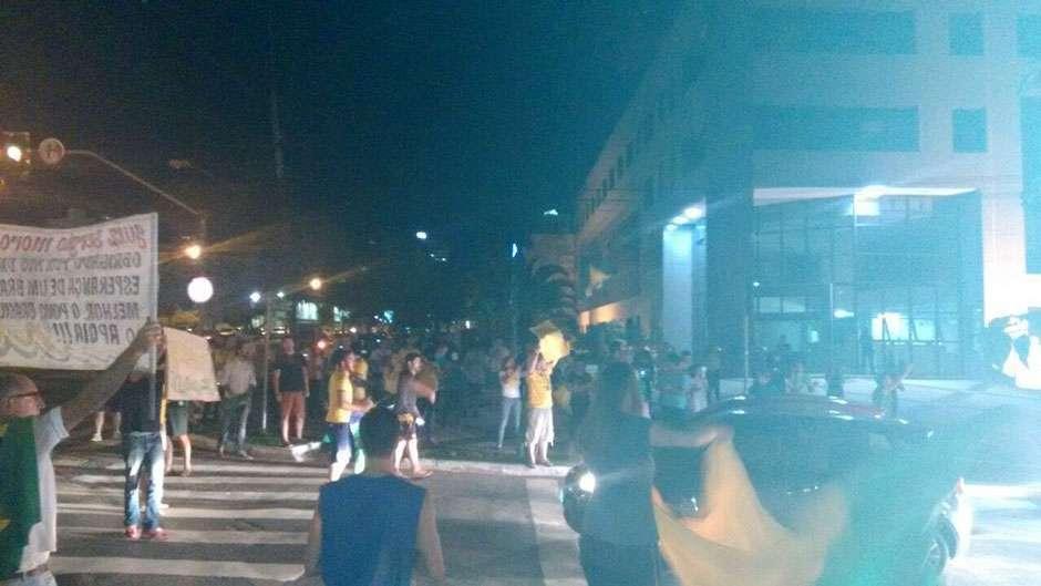 Em Goiânia, manifestantes protestam em frente à sede da Polícia Federal; assista