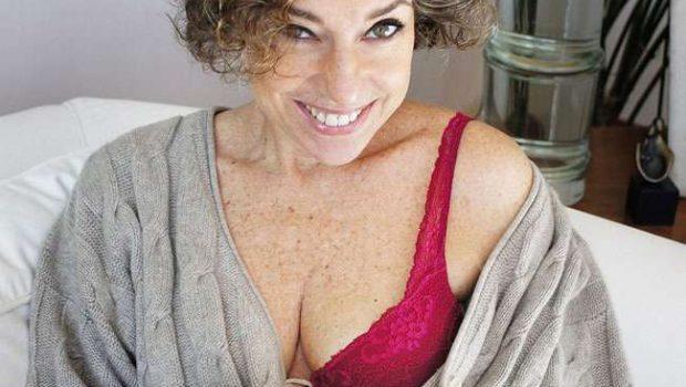 """Aos 50 anos, blogueira causa polêmica ao posar de lingerie: """"No Brasil é errado ser velha"""""""