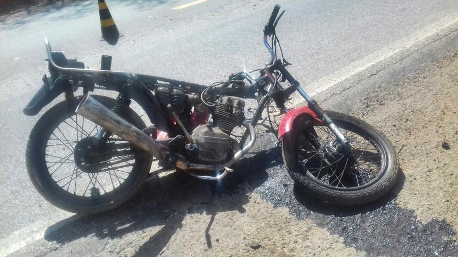 Adolescente morre após bater motocicleta em caminhão na BR-153