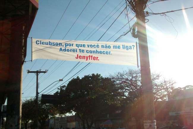 Mulher espalha faixas pelas ruas de Goiânia a procura de um rapaz que conheceu