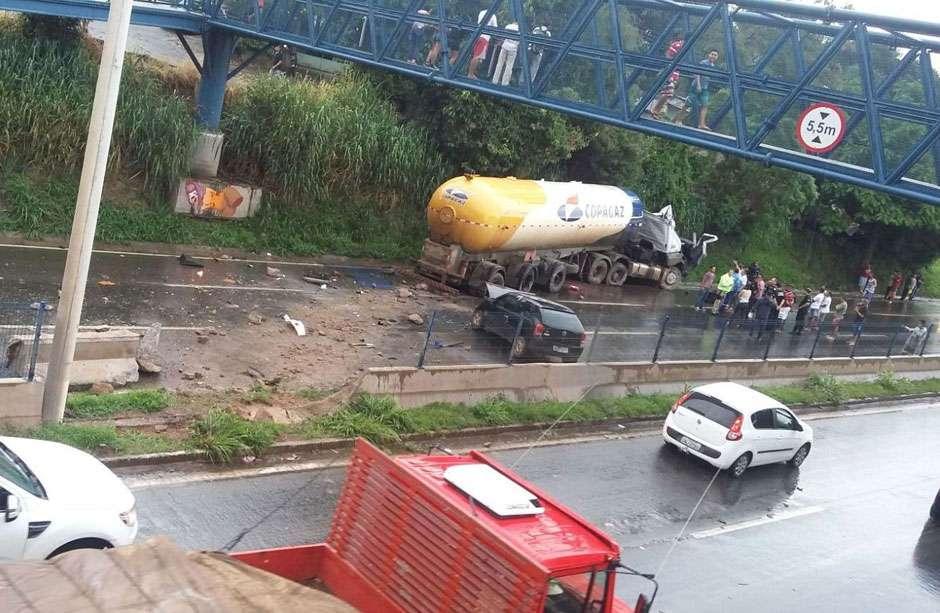 Caminhão invade pista contrária e atinge dois carros na BR-153, em Goiânia