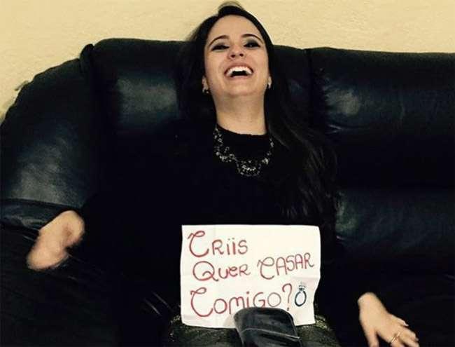 Em foto, Allana Moraes 'pediu' Cristiano Araújo em casamento